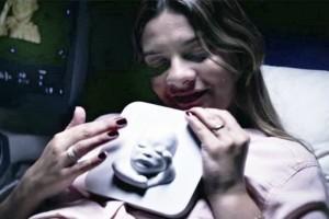 Madre no vidente toca la impresión de su hijo de una ecografía en 3D